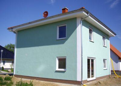 2 geschoßer mit weißem Dachkasten