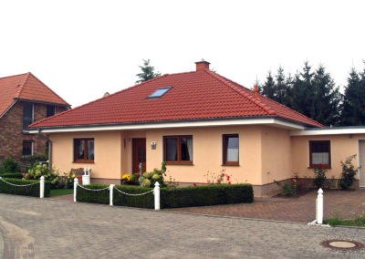 Bungalow mit farbigen Fenstern